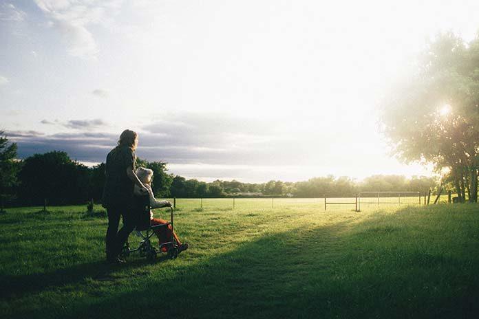 Kiedy warto wyjechać do pracy jako opiekun osoby starszej?
